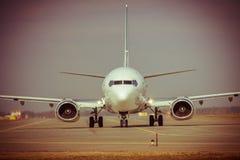Samolot na pas startowy zdjęcie stock