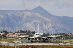 Samolot na pasie startowym i górach korfu Greece Zdjęcie Stock