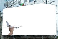 Samolot na ręce z białym wielkim billboardem reklamuje obraz royalty free