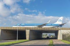 Samolot nad autostradą Fotografia Stock