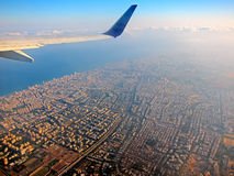 Samolot nad miasto obrazy stock
