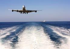 Samolot nad morzem Obrazy Royalty Free