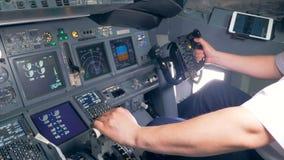 Samolot obchodzi się proces trzymającego fachowym pilotem w samolotowym kokpicie zdjęcie wideo