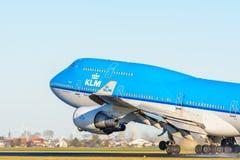 Samolot od KLM Royal Dutch linii lotniczych PH-BFN Boeing 747-400 bierze daleko przy Schiphol lotniskiem Zdjęcia Royalty Free