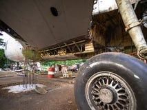 Samolot opony Pod naprawą na Starym Junkyard Ośniedziały i Łamany Wciągany Hydraulically Działający Samolotowy koło fotografia stock