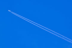 Samolot opuszcza ślada lub chemtrails obraz stock