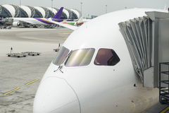 Samolot parkujący przy bramą Zdjęcie Royalty Free