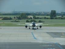 Samolot parkujący na pasie startowym Obraz Stock
