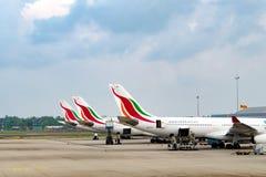 Samolot parkujący przy lotniskowym Delhi Zdjęcia Royalty Free