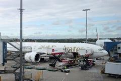 Samolot parkujący przy stojakiem Fotografia Stock