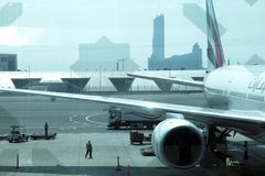 Samolot parkujący w Dubai International lotnisku Zdjęcia Royalty Free