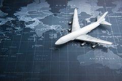 Samolot pasażerski na światowej mapie Biznesowy system transportu obraz royalty free
