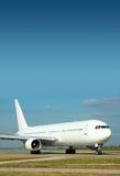 Samolot pasażerski na pasie startowym zdjęcie royalty free