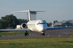 Samolot pasażerski na pasie startowym obraz royalty free