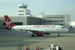 Samolot pasażerski przy lotniskiem fotografia stock