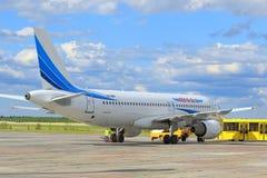 Samolot pasażerski na pasie startowym Zdjęcia Royalty Free