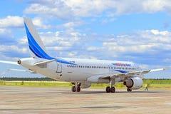 Samolot pasażerski przy Syberyjskim lotniskiem Fotografia Stock