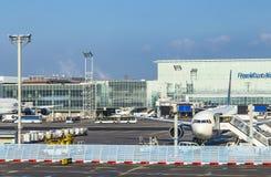 Samolot pozycja blisko terminal 1at Frankfurt głównego lotniska Obraz Royalty Free