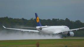 Samolot przyśpiesza i odlot, dżdżysta pogoda zbiory wideo