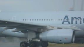 Samolot przyśpiesza przed odlotem, dżdżysta pogoda zbiory wideo