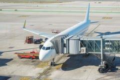 Samolot przy abordaż bramą fotografia royalty free
