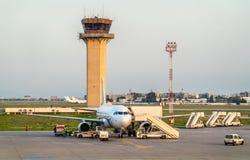 Samolot przy Carthage lotniskiem międzynarodowym blisko Tunis, Tunezja Zdjęcie Stock