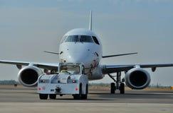 Samolot przy lotniskiem Zdjęcia Royalty Free