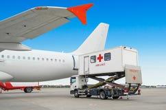 Samolot przy lotniskiem z ładowniczą drabiną dla niepełnosprawni Ambit dla ludzi z limitowaną ruchliwością lub ludzi w szpitalu Obrazy Stock