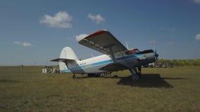 Samolot przygotowywa zdejmował Na tle pole zbiory wideo