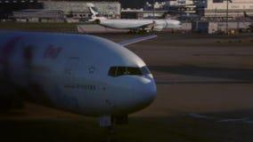 Samolot przyjeżdżający Hong Kong lotnisko międzynarodowe w Chek podołka Koka wyspie zbiory