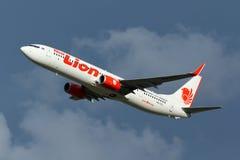 Samolot Tajlandzki Lion Air Boeing 737-900ER Bierze Daleko zdjęcie stock