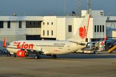 Samolot taxiing na pasie startowym Bangkok lotnisko obraz stock