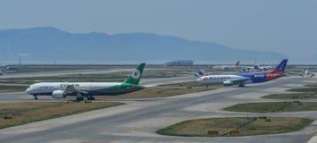 Samolot taxiing na pasie startowym lotnisko obraz royalty free