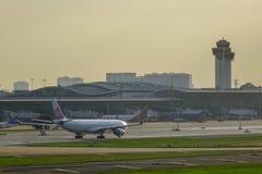 Samolot taxiing przy Dębnym syna Nhat lotniskiem obraz stock
