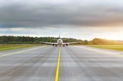 Samolot taxiing zdejmował na pasie startowym na śladzie w odległości Obrazy Royalty Free