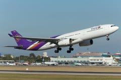 Samolot Thai Airways International Aerobus A330 Bierze Daleko obrazy royalty free