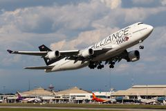Samolot Thai Airways International Boeing 747-400 Bierze Daleko obraz stock