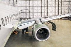 Samolot usługa na remontowych diagnostykach, inspekci, widoku otwarty parowozowy kapiszon i kadłubie samolot w hangarze, Obrazy Stock