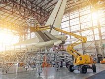 Samolot usługa, widok ogon samolot i żuraw z ludzkim technikiem, Zdjęcia Stock