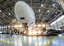 Samolot w hangarze dla utrzymania, dolny nosa widok obrazy royalty free