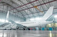 Samolot w hangarze, tylni widok samolot i światło od okno, Obraz Stock