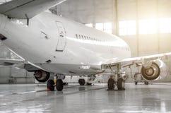 Samolot w hangarze, tylni widok samolot i światło od okno, Zdjęcia Stock