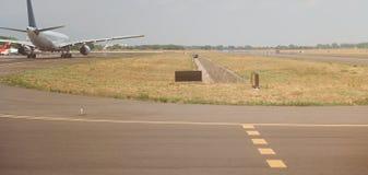 Samolot w lotniskowym pasie startowym fotografia royalty free