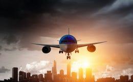 Samolot w niebie Mieszani środki fotografia stock
