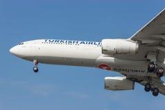 Samolot w powietrzu przygotowywającym lądować fotografia stock