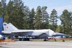 Samolot wojskowy na pasie startowym lotnisko Zdjęcia Stock