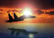 Samolot wojskowy na zmierzchu tle Fotografia Royalty Free