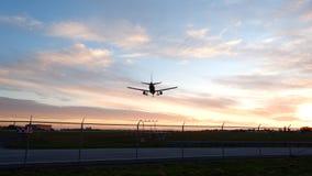 Samolot wokoło lądować zdjęcie royalty free