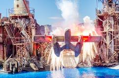 Samolot wybucha w Waterworld przedstawieniu przy Ogólnoludzkim Studi zdjęcie royalty free