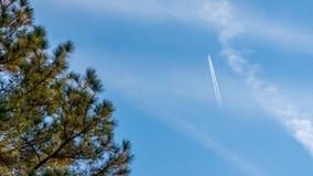 Samolot z śladami lata hign w niebie obraz stock